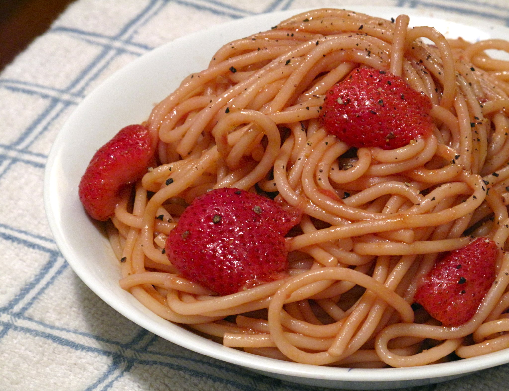 PopsugarLivingFast And EasyRecipe For Spaghetti With StrawberriesBerry Tempting: Spaghetti With StrawberriesMay 11, 2010 by Susannah Chen127 SharesChat with us on Facebook Messenger. Learn what's trending across POPSUGAR.It's common knowledge that strawberries are a natural addition to crumb cakes, parfaits, and cocktails. Yet I've always wanted to push the berry's boundaries, so this weekend I took the fruit to another level with a savory application. Spaghetti and strawberries aren't a typical pairing, which is exactly why this recipe, courtesy of Manhattan restaurant Sfoglia, caught my eye. I gave it a try, despite secret fears that the end result would disappoint. Thankfully, it didn't! Tomatoes, like rhubarb, have an acidity that's on par with strawberries, and a high-quality aged balsamic, which is more sweet than tart, helps to round out the flavors. Curious about the recipe? Then read more.Spaghetti with StrawberriesFrom Sfoglia RestaurantIngredients1 pound good-quality dried spaghetti (like Setaro)4 - 웹