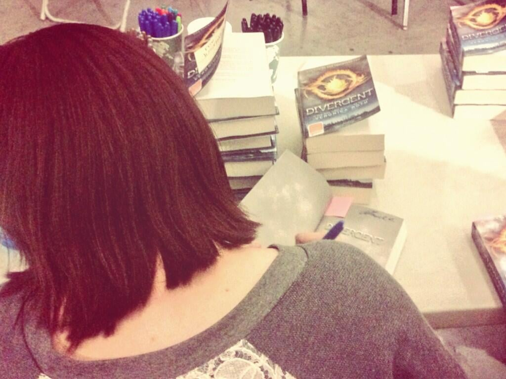 Amy C. Newbold signed copies of Divergent for fans. Source: Twitter user Miles_Teller