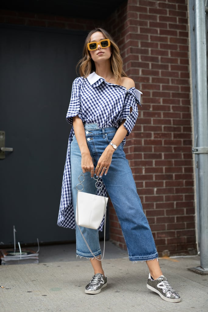 ارتدي سترةً فضفاضةً واحشريها تحت بنطال جينز واسع السّاق لإطلالة أكثر إثارة خلال عطلة نهاية الأسبوع