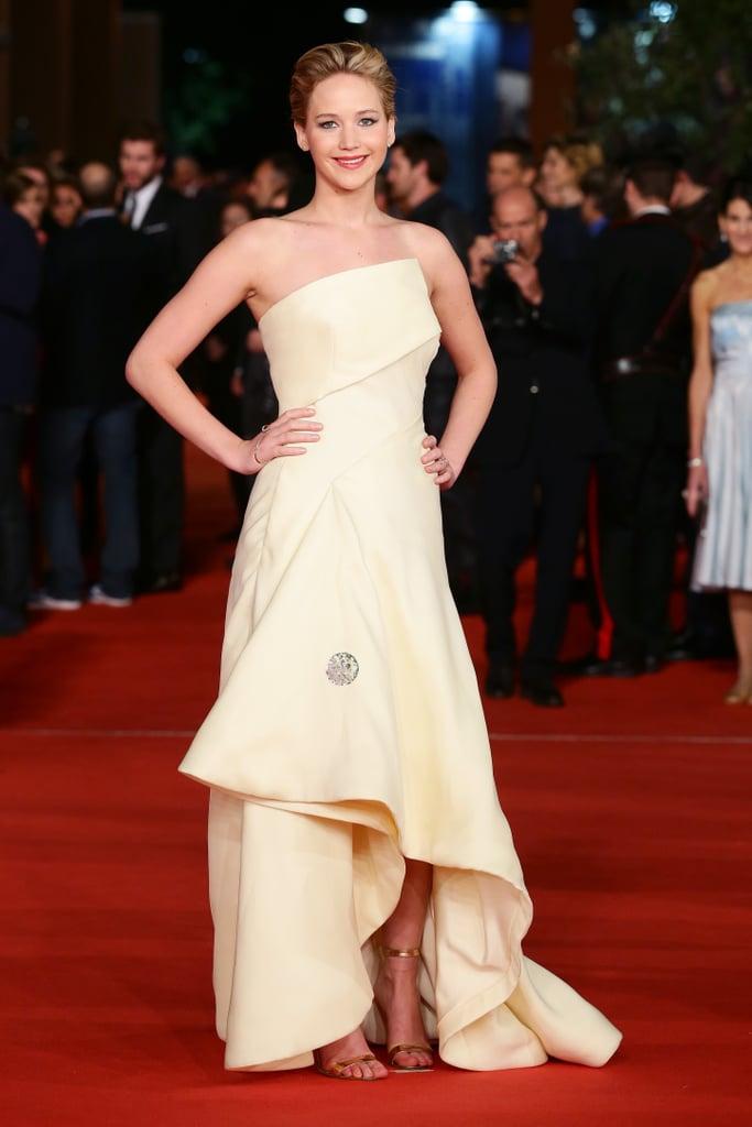 وبدا هذا الفستان الأصفر الفاتح أنيقاً ولائقاً على جينيفر، لكنها أضفت عليه مزيداً من التألق بالاكسسوارات المعدنية.