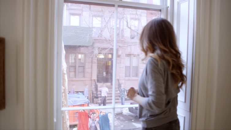 Based on the view, it looks like SJP lives on a street full of brownstones and nice neighbors.
