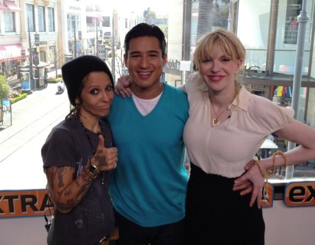 Mario Lopez interviewed Linda Perry and Courtney Love for Extra.  Source: Twitter User MarioLopezExtra