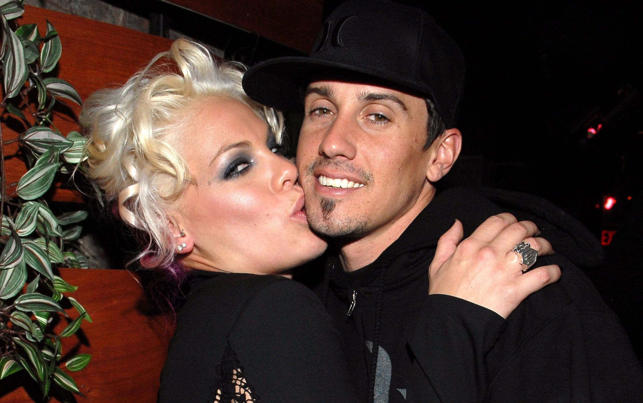 Happily married husband and wife: Carey Hart and Pink (kiss)