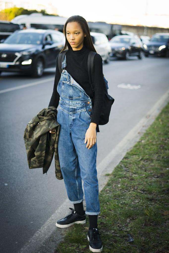 """أعرف أنّه لدى الناس آراء متحفظة وشديدة حول ارتداء الأفرولات، لكن دعيني أوضح لكِ بأنّني من هواة ارتداء الأفرولات بالتأكيد. حيث أعتقد أنّها قطع رائعة بشكل لا يصدق لارتدائها في الشتاء مع الجزمات العسكرية ذات الساق العالية والسترات الضخمة المتدلية من كافة الجوانب، فضلاً عن كونها أنيقة وعصرية بالقدر ذاته لارتدائها خلال الأشهر الدافئة مع أحذية كعب عالية ذات أربطة ملفوفة على الساقين وتيشرتات جميلة وبسيطة. لذا، ففي اللحظة التي اكتشفت فيها أفرولات جينز """"أولد نيفي"""" باهتة اللون (بسعر 40$ دولاراً أمريكياً؛ 150 درهماً إماراتياً/ ريالاً سعودياً، وسعرها الأصلي 50$ دولاراً أمريكياً؛ 185 درهماً إماراتياً/ ريالاً سعودياً)، علمت أنّها تنتمي إلى خزانة ملابسي بكل تأكيد. تتميز هذه الأفرولات بكحتة خفيفة في اللون، ممّا يمنحها لمسة فورية من موضة الثمانينيات، أمّا بالنسبة لساقيها فتأتيان بتصميم نحيل ومثير للغاية. أحب شكل الجيب الواحد في الأمام، ويمكنني أن أتصور مدى روعة ارتداء حقيبة خصر تدخل في حلقات الحزام فعلياً. تابعي القراءة أدناه لتشاهدي كيف تنسّق الفتيات الأُخريات قطع الأفرول الخاصة بهنّ، وتأكدي من إضافتهم إلى قطع الدنيم خاصتك قدر المستطاع."""