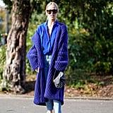 تمسّكي بإطلالة بنطال الجينز الأزرق عبر تنسيقه مع معطف طويل قريب من درجة اللّون الرّائع ذاك ذاته