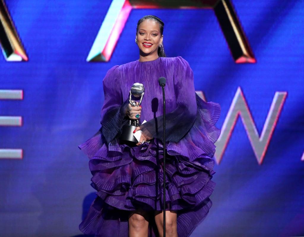 """كان حفل جوائز NAACP للصور يوم الـ22 من فبراير زاخراً باللحظات التي لا تنسى بالفعل. وقد برزت إحدى أروع لحظات الحدث عندما اعتلت ريانا خشبة المسرح لتستلم جائزة الرئيس، التي فازت بها لقاء جهودها الخيرية العظيمة. حيث تحدثت المغنية البالغة من العمر 32 عاماً هذه عن مؤسستها غير الربحية، والتي تحمل اسم """"كلارا ليونيل"""". إذ تُساعد المنظمة، التي سُميت على اسم أجداد ريانا كلارا وليونيل بريثويت، في تمويل برامج التعليم العالمية إضافة إلى الاستجابة لحالات الطوارئ. قالت ريانا: """"نجاح الليلة لا يخصني وحدي فعلياً، لأنّ الهدف أكبر مني، أليس كذلك؟ لا أقول بأنّه أكبر منا جميعاً، لكنّه أكبر مني شخصياً، لأنّ دوري لا يعدو أن يكون جزءاً صغيراً جداً من العمل الذي يتم إنجازه في هذا العالم والعمل الذي لم يتم إنجازه بعد"""". وتابعت ريانا حديثها مطالبة بالوحدة في العمل المجتمعي، فقالت """"إن كنت قد تعلّمت شيئاً من العمل الخيري، فهو أنّه يمكننا إصلاح هذا العالم فقط إن اتحدت جهودنا معاً. لا يمكننا القيام بذلك إن عملنا بشكل منفرد. مهما تحدثت وأكدت على ذلك فلن أفي هذه النقطة حقها بالتأكيد. لا يمكننا أن ندع عدم الإحساس بالآخرين يتسرب إلى نفوسنا، على مبدأ 'إذا كانت مشكلتك، فهي ليست مشكلتي'، 'إنّها مشكلة المرأة'، 'إنّها مشكلة السود'، 'إنّها مشكلة الفقراء'"""". ثم شجعت الجميع على التأكّد من أنّ أنصارهم يشاركون في النضال معهم من أجل المساواة، فقالت: """"عندما نسير، ونحتج، وننشر المقالات حول قضية مايكل براون جونيور وأتاتيانا جيفرسون في العالم، اطلبوا من أصدقائكم الاجتماع والمساندة"""". شاهدوا المزيد من الصور من ليلتها المميزة تلك أدناه!"""