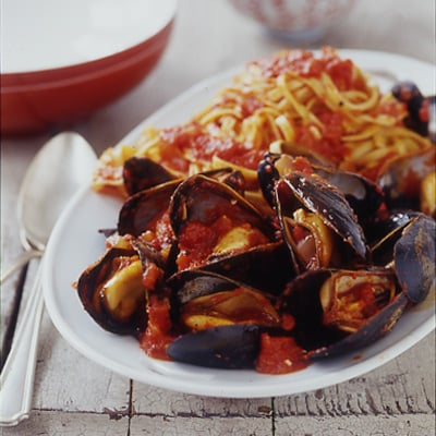 Fast & Easy Recipe For Mussels With Linguine In Roasted Red Pepper Sauce