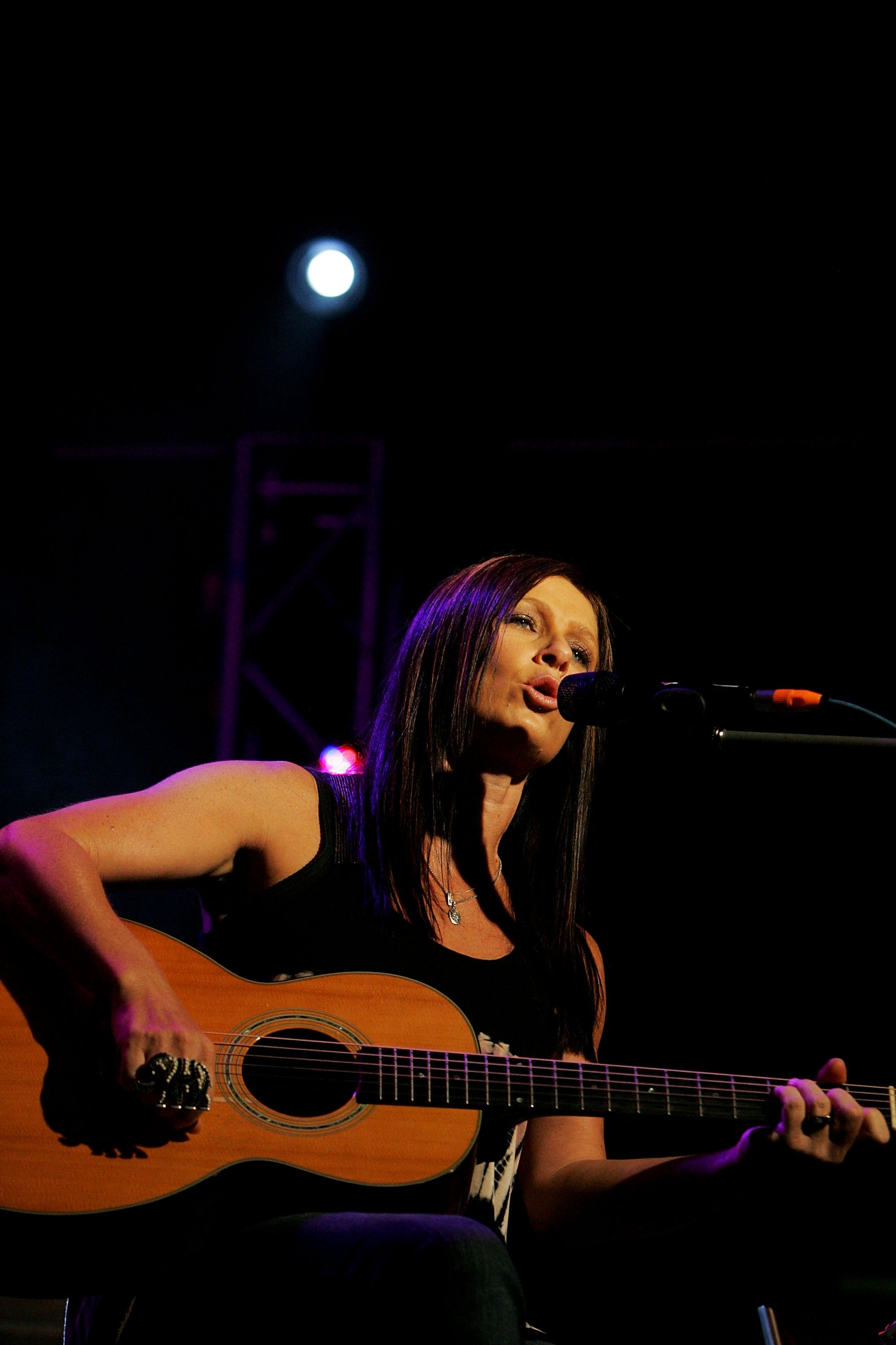 TAMWORTH, AUSTRALIA - JANUARY 22:  Kasey Chambers performs with husband Shane Nicholson at Wests Blazes during the 2010 Tamworth Country Music Festival on January 22, 2010 in Tamworth, Australia.  (Photo by Lisa Maree Williams/Getty Images)