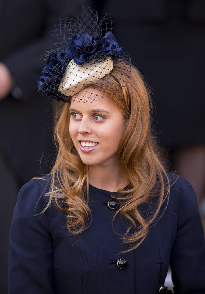 """بياتريس بقبّعة """"كوكتيل"""" زرقاء وكريميّة من تصميم جينا فوستر أثناء إحياء مراسم خدمة الكنيسة عام 2012."""