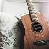 العزف على آلة موسيقية