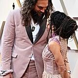 جايسون موموا في حفل توزيع جوائز الأوسكار مرتدياً ربطة شعره المطاطيّة.