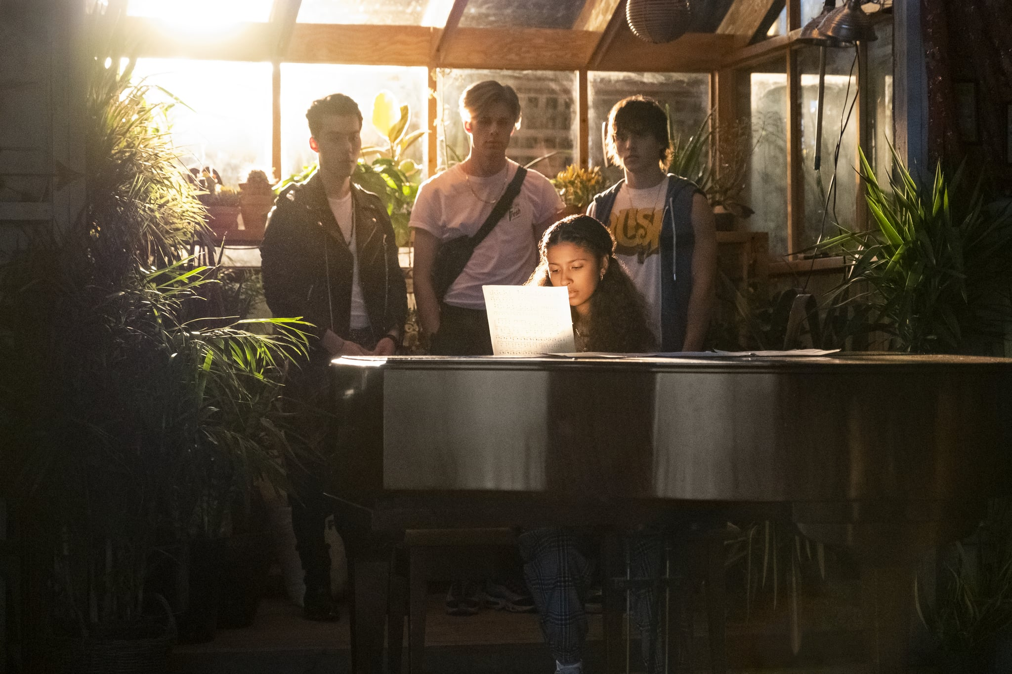 JULIE AND THE PHANTOMS (L to R) JEREMY SHADA as REGGIE, OWEN JOYNER as ALEX, MADISON REYES as JULIE, and CHARLIE GILLESPIE as LUKE in episode 101 of JULIE AND THE PHANTOMS Cr. KAILEY SCHWERMAN/NETFLIX 2020