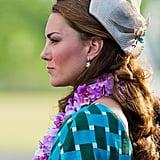 """صمّمت جين تايلور قبعة الـ""""كوكتيل"""" هذه المصنوعة من القش من أجل رحلة الدوقة كيت إلى كنيسة في جزر سليمان عام 2012."""
