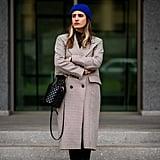 نسّقي قبّعة صوفيّة زاهية مع معطف مزدوج الصدر (ذو صفين من الأزرار)