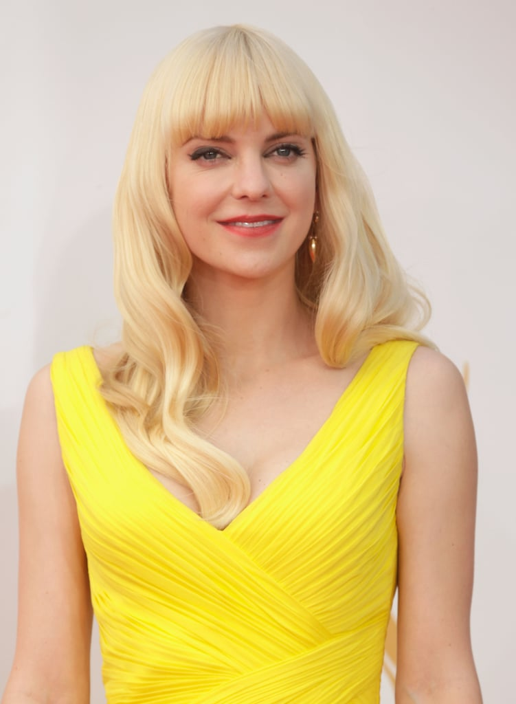 Obviously Anna Faris was inspired by the bombshell beauties of your for her beauty look. Her pin-up style waves and thick eyeliner were made more modern with an orange lipstick and blunt bangs.