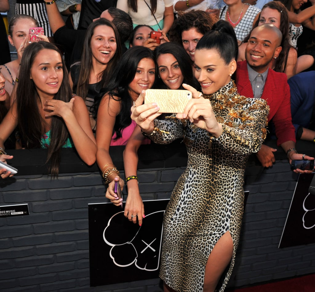 Katy Perry snapped pictures with fans on the VMAs red carpet.