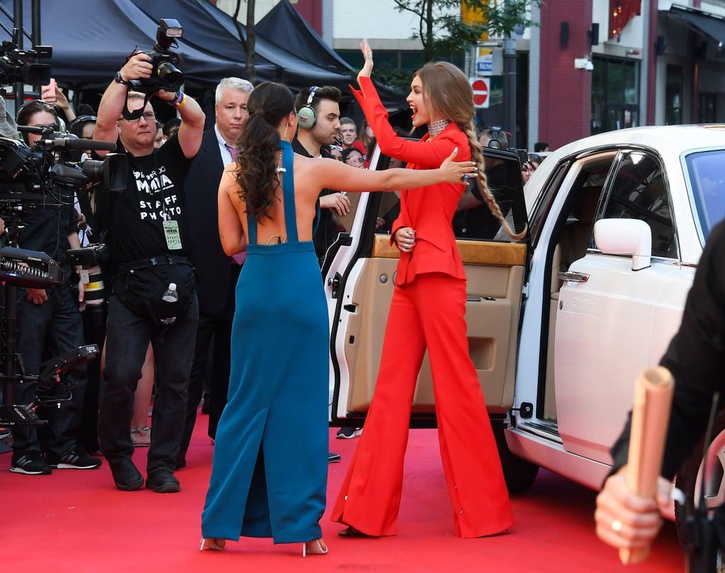 فيرساتشي جيجي حديد بذلة حمراء في حفل توزيع جوائز متش للموسيق