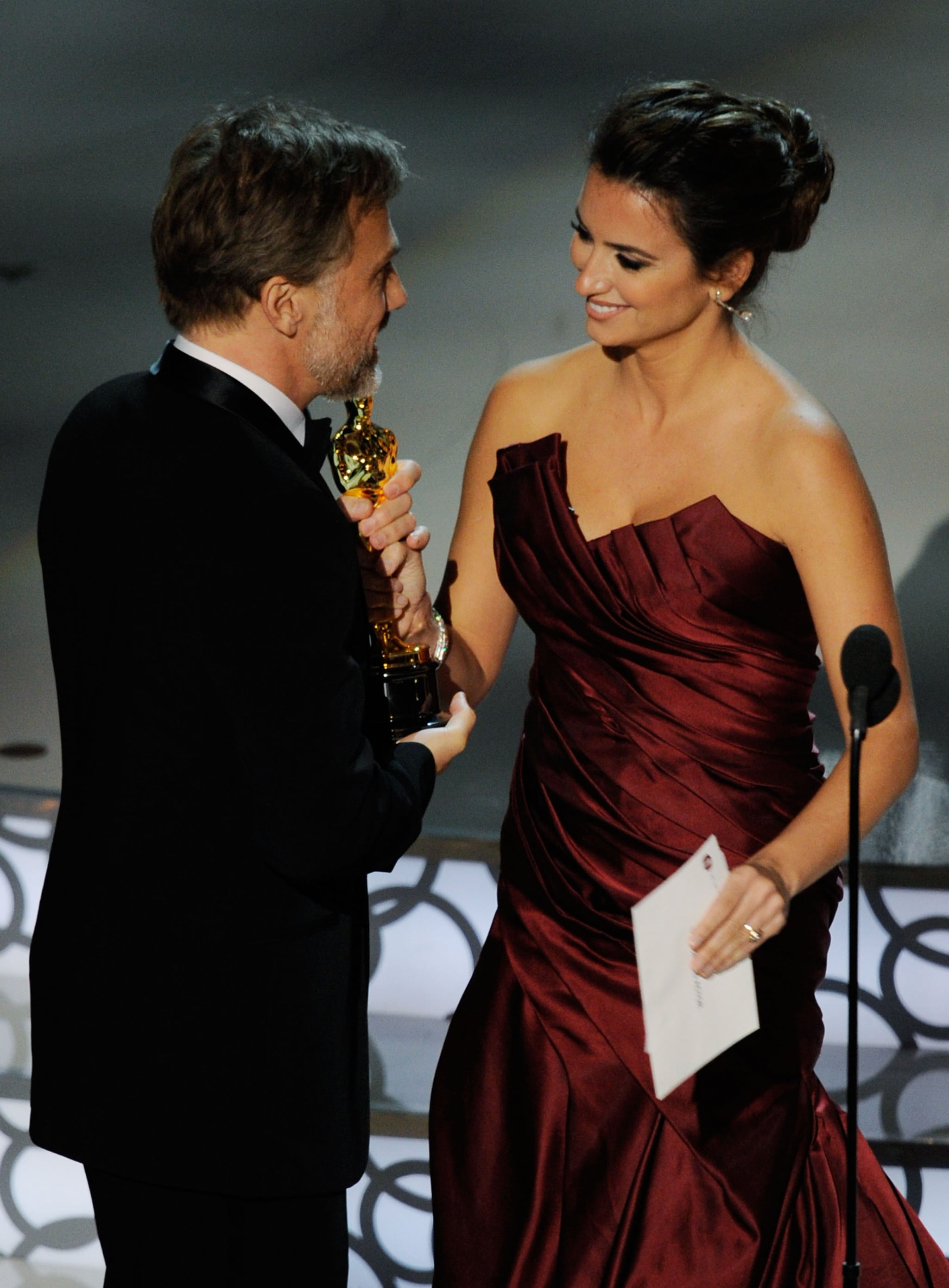 PopsugarCelebrityCarey MulliganPhotos of the 2010 Oscar Ceremony Including Sandra Bullock, Kristen Stewart, Mo'Nique, and More 2010-03-08 00:53:47The Oscars Finish Award Season With Surprises, Tears, and Fantastic Moments!March 8, 2010 by Molly Goodson3 SharesThe 2010 Oscars have come and gone with The Hurt Locker standing out as the night's big winner. The acting awards went to this season's favorites — Sandra Bullock for The Blind Side, Mo'Nique for Precious, Jeff Bridges for Crazy Heart, and Christoph Waltz for Inglourious Basterds. The show kicked off with Neil Patrick Harris's opening number, which was the perfect lead-in to Alec Baldwin and Steve Martin playing off each other throughout the night. Young Hollywood had an exciting evening as well with presenters including Taylor Lautner and Kristen Stewart, who both chatted backstage about being a bit nervous before stepping out. Kristen got to have a moment with her dad on the way in, which gave us a super sweet sighting. Zac Efron and Anna Kendrick a - 웹