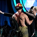 Joe Manganiello carried Elizabeth Banks off stage.