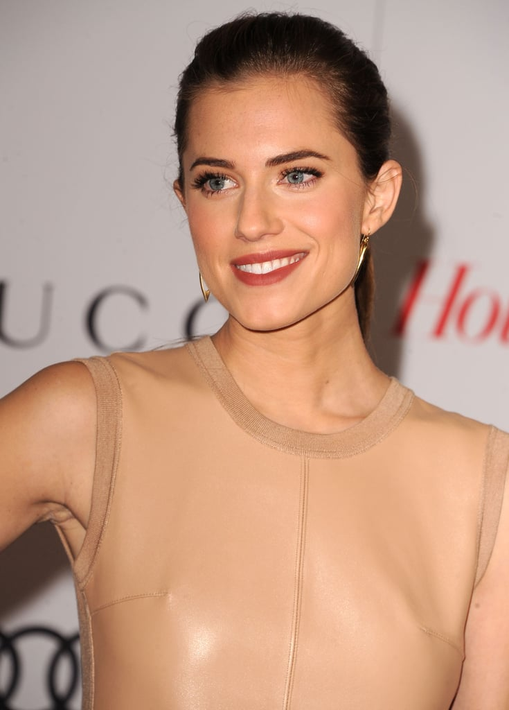 Allison Williams's cranberry stained lips added a chic pop to her otherwise neutral ensemble and makeup look.