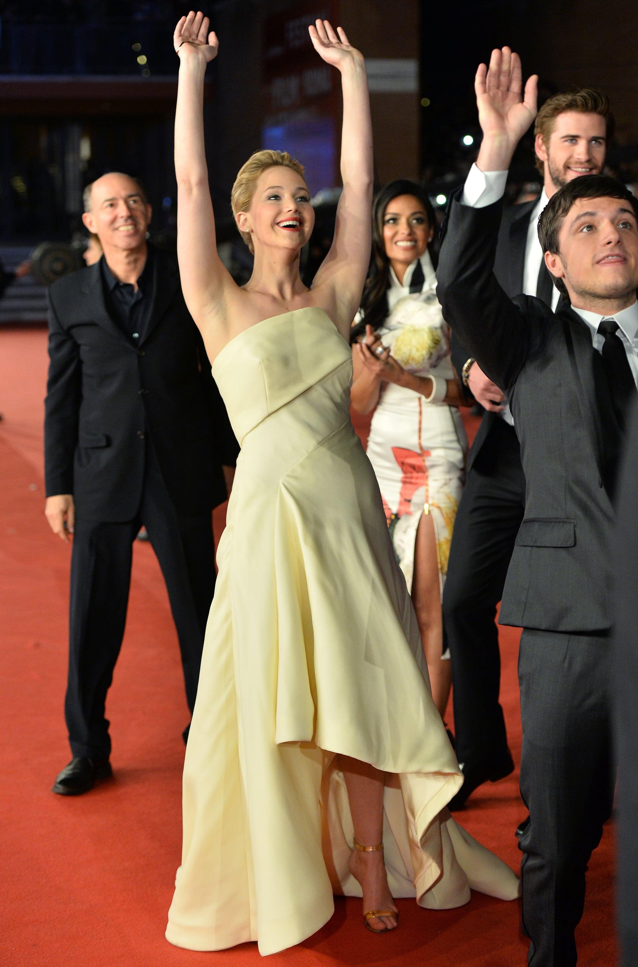 Jennifer Lawrence amd Josh Hutcherson Doing the Wave