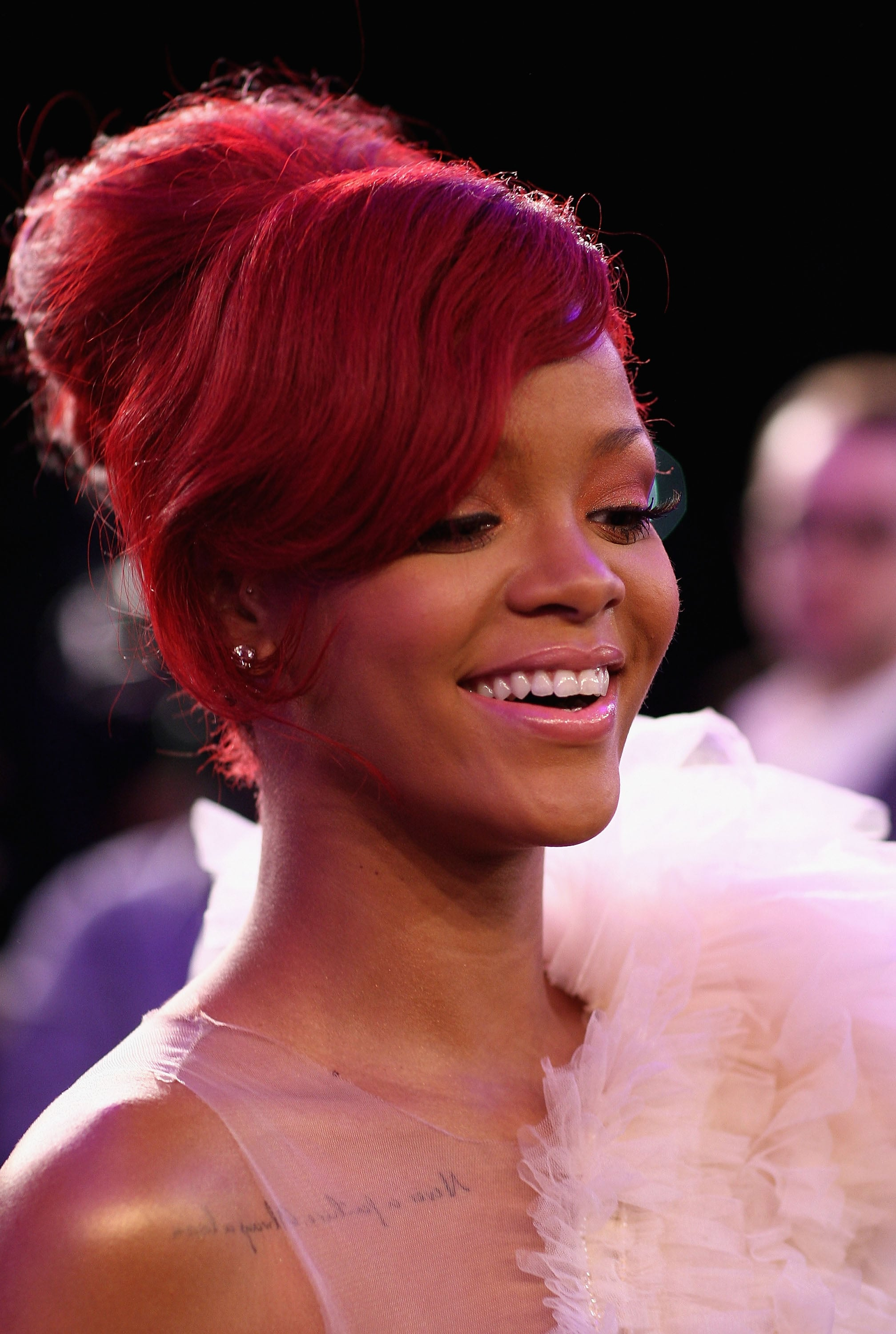 rihanna hair style pictures of rihanna at mtv emas carpet popsugar 6140