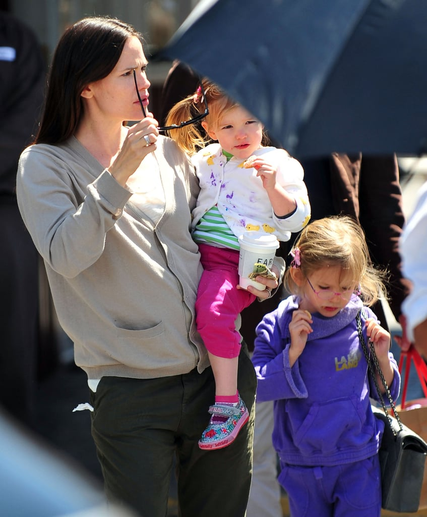 Jennifer Garner and Her Girls Meet Up With Pal Victor Garber