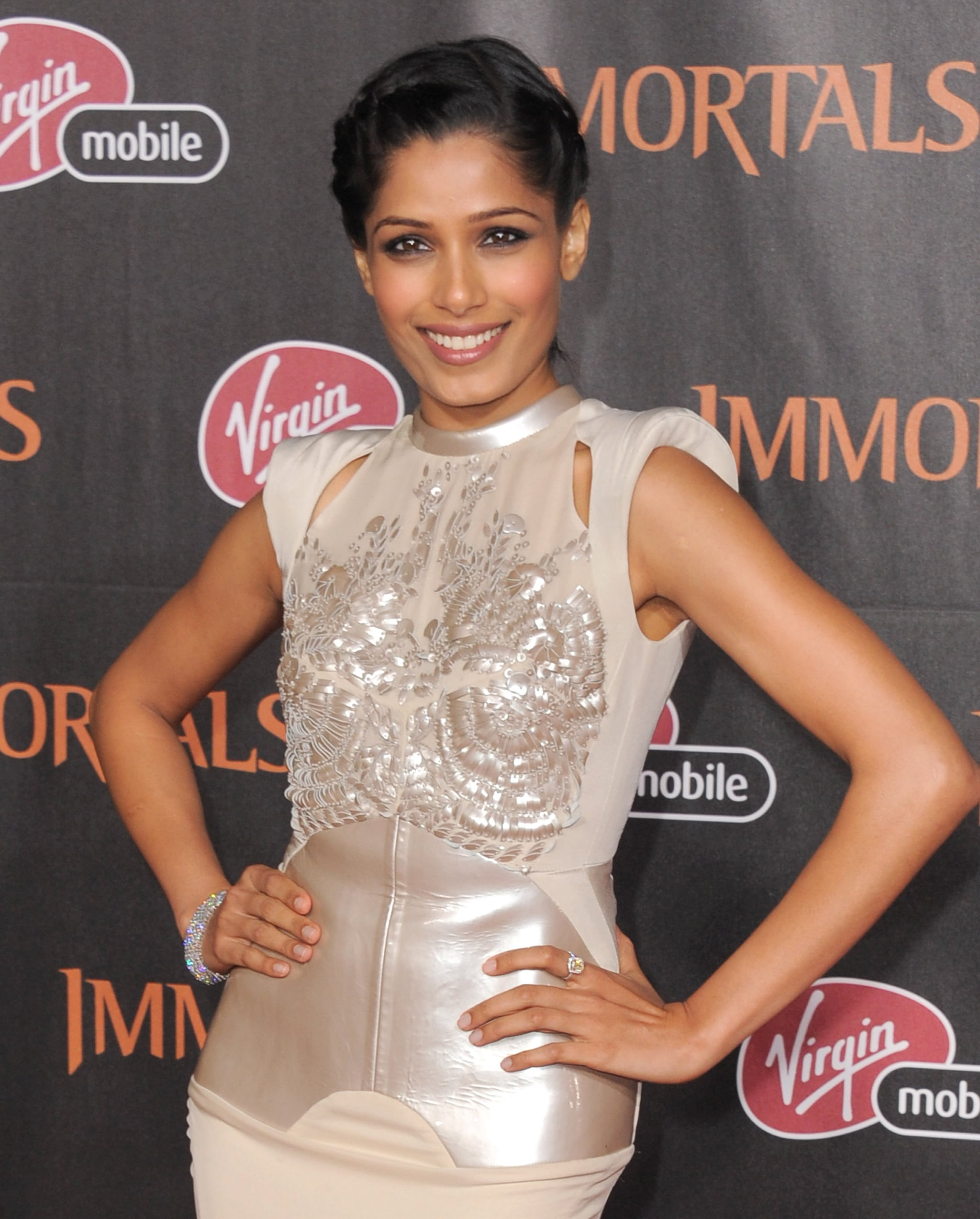 Freida Pinto hit the red carpet in a gorgeous ivory gown.