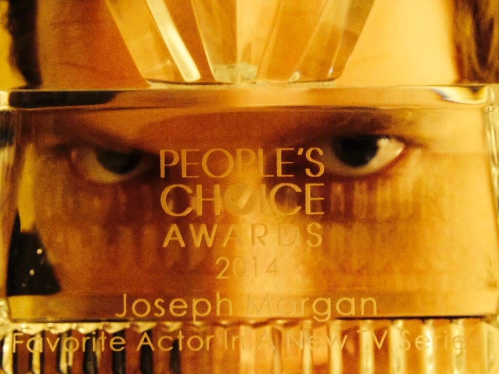 The Originals star Joseph Morgan won favorite actor in a new TV series and showed off his award in a creepy yet sexy way. Source: Twitter user josephmorgan