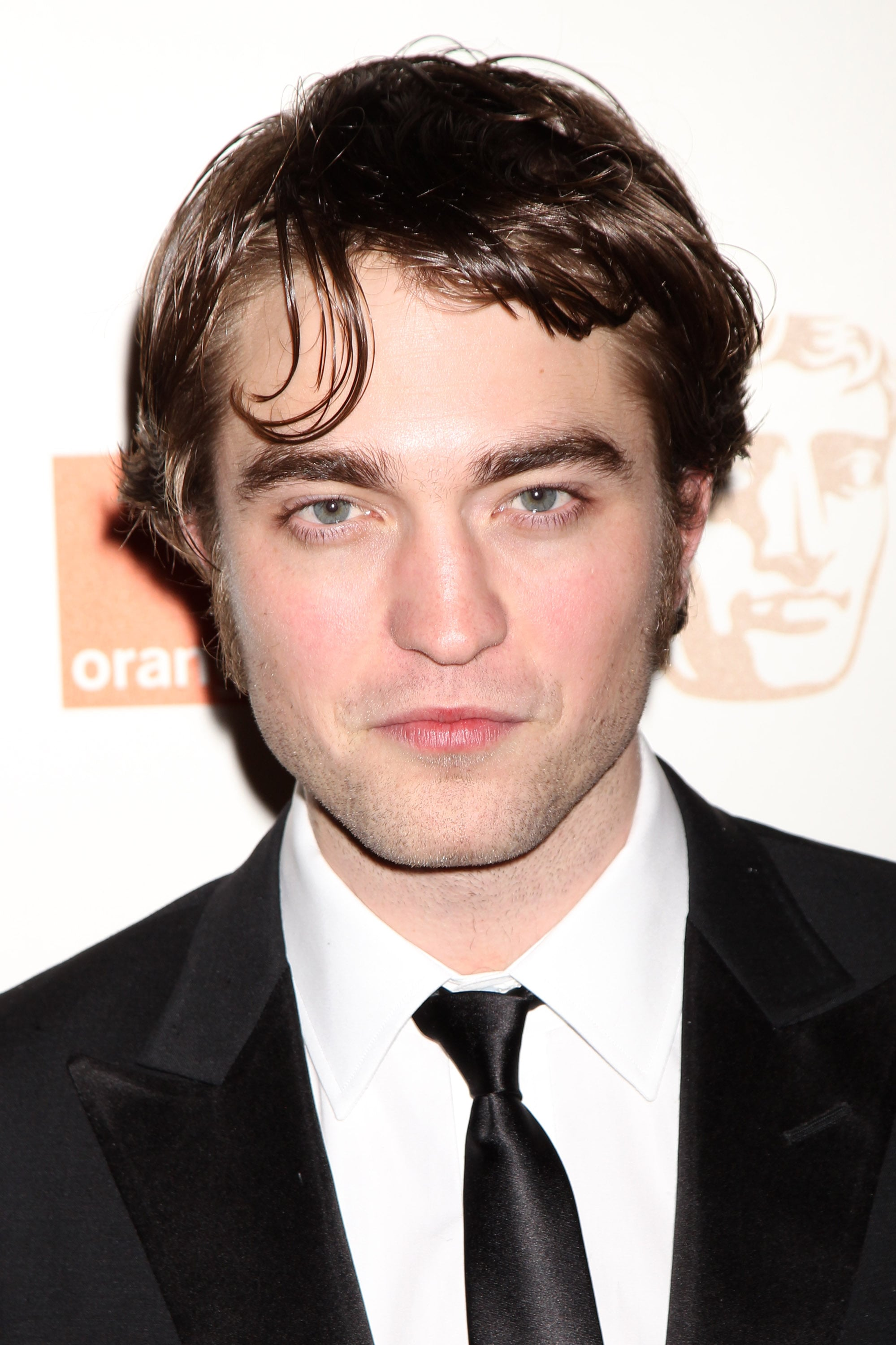 photos of robert pattinson on baftas red carpet 2010 with new hair