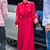 مرتديةً ثوباً أحمراً من Co وحذاء كعب عالٍ من جيمي تشو.
