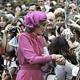 """أطلّت الأميرة ديانا بقبّعة """"كوكتيل"""" فوشيّة اللّون من تصميم جون بويد خلال زيارتها لأستراليا عام 1983."""