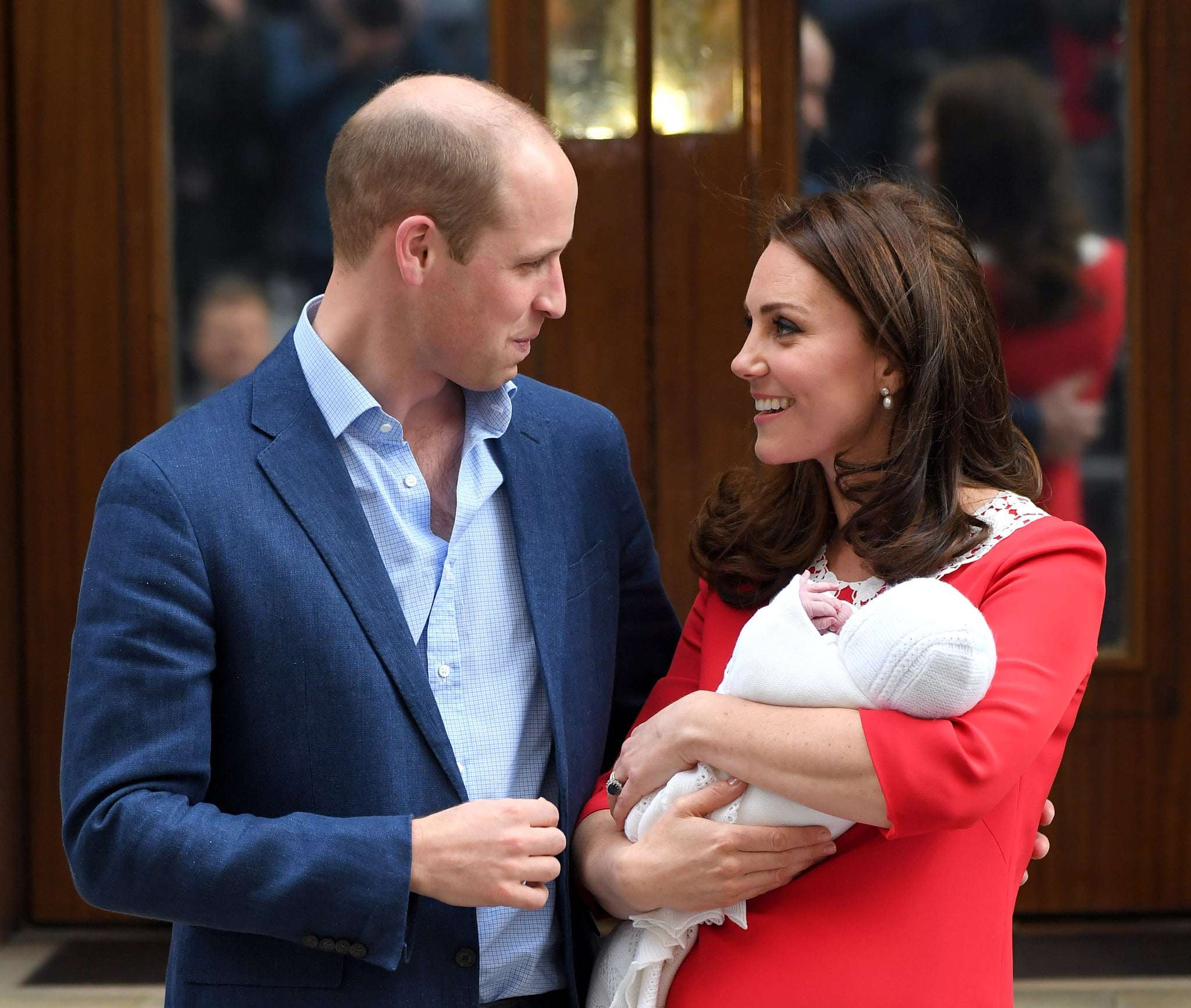 LONDON, ENGLAND - APRIL 23:  Catherine, Duchess of Cambridge and Prince William, Duke of Cambridge depart the Lindo Wing with their newborn son at St Mary's Hospital on April 23, 2018 in London, England. The Duchess safely delivered a boy at 11:01 am, weighing 8lbs 7oz, who will be fifth in line to the throne.  (Photo by Karwai Tang/WireImage)