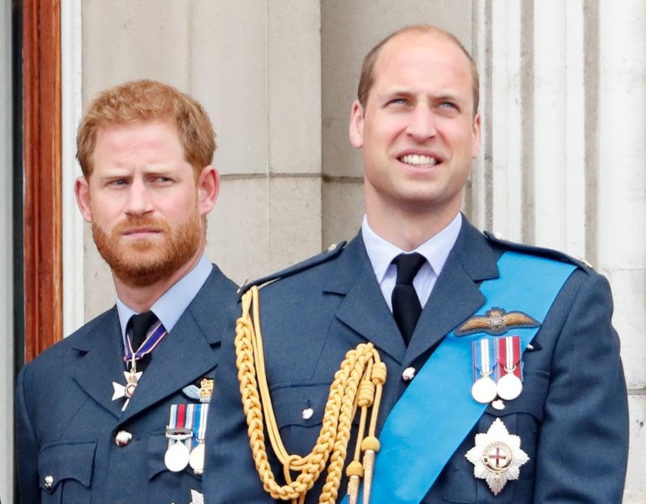 لندن ، پادشاهی متحده - 10 ژوئیه: (برای انتشار در روزنامه های انگلیس تا 24 ساعت پس از تاریخ و زمان ایجاد) شاهزاده هری ، دوک ساسکس و شاهزاده ویلیام ، دوک کمبریج یک گذرگاه پرواز را به مناسبت صد سالگی نیروی هوایی سلطنتی از سال بالکن کاخ باکینگهام در 10 ژوئیه 2018 در لندن ، انگلیس.  صدمین سالگرد تولد RAF ، که در اول آوریل 1918 تاسیس شد ، با ارائه یک رژه صد ساله با ارائه یک رنگ Queen Queen جدید و پرواز مجهز به 100 هواپیما بر فراز کاخ باکینگهام برگزار شد.  (عکس توسط مکس موبی / نیلی / گتی ایماژ)