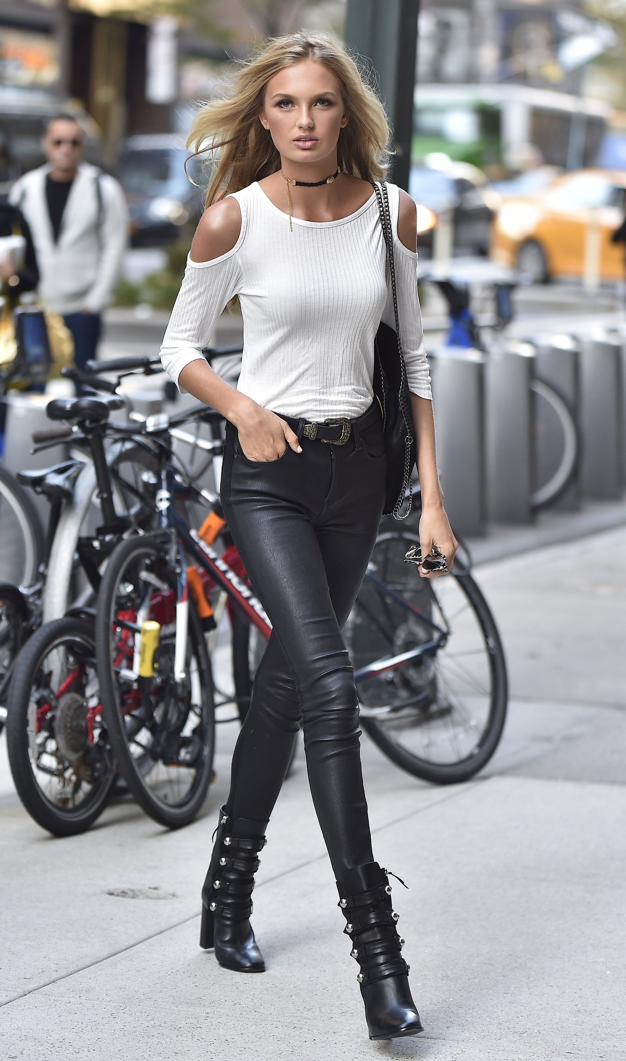 romee strijd stepped out in simple but sexy skintight leather pants these vs model off duty. Black Bedroom Furniture Sets. Home Design Ideas