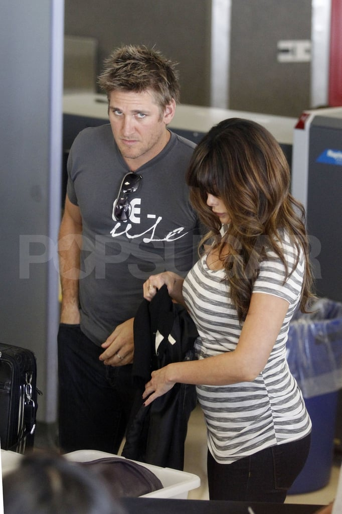 Pregnant Lindsay Price showing her stomach at LAX.
