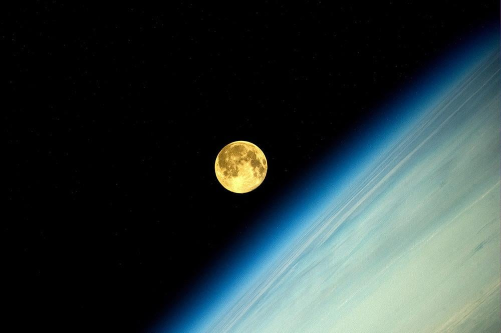 """Russian astronaut Oleg Artemyev witnesses an amazing supermoon """"moonset"""" from the International Space Station on Aug. 10."""