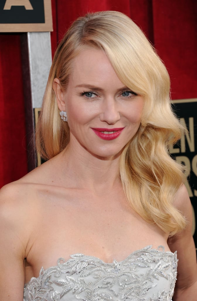 Naomi Watts wore loose waves.