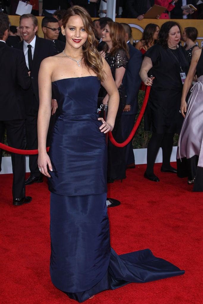 اختارت جينيفر فستاناً أزرقاً داكناً بذيل السمكة من كريستيان ديور في حفل توزيع جوائز نقابة ممثلي الشاشة.