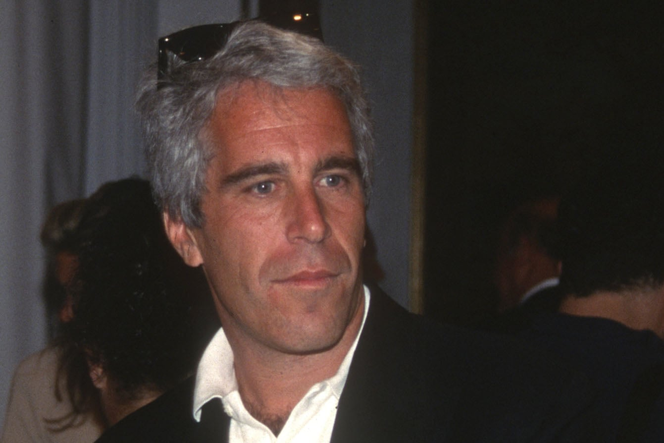 NEW YORK, NY - AUGUST 1: Guest and Jeffrey Epstein attend the Victoria & # 39; s Secret Fashion Show at the Plaza Hotel on August 1, 1995 in New York City. (Photo by Patrick McMullan / Patrick McMullan via Getty Images)