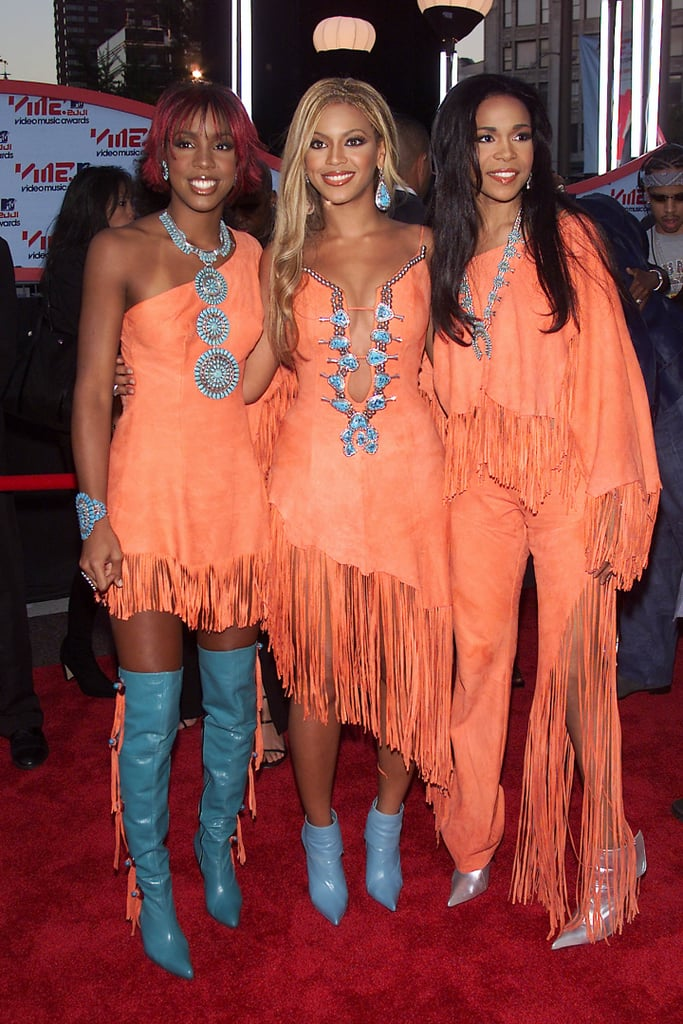 ¿Cuánto mide Beyoncé Knowles? - Altura - Real height 2001-Beyonc%C3%A9-Kelly-Michelle-walked-red-carpet-together-signature-matching---matching-ensembles
