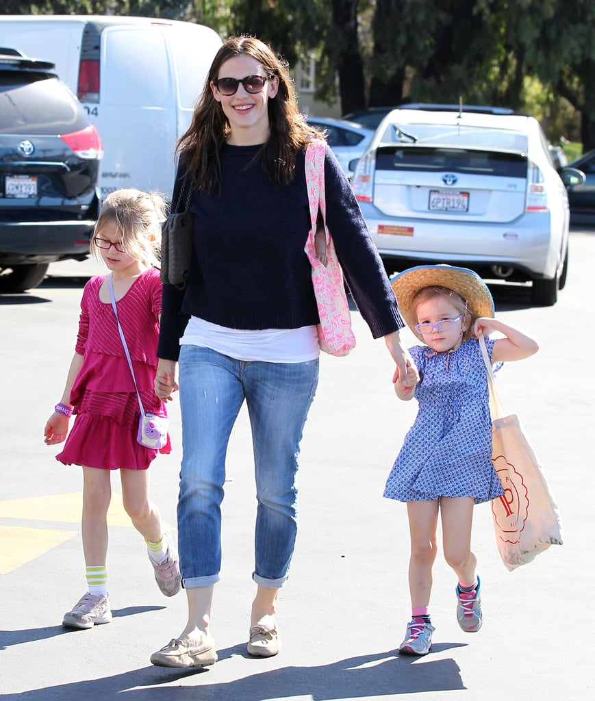 Jennifer Garner held hands with her girls, Violet and Seraphina, on the way to the farmers market in LA.