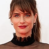 With such a high neckline, Amanda Peet's mid-height ponytail was the ideal choice.