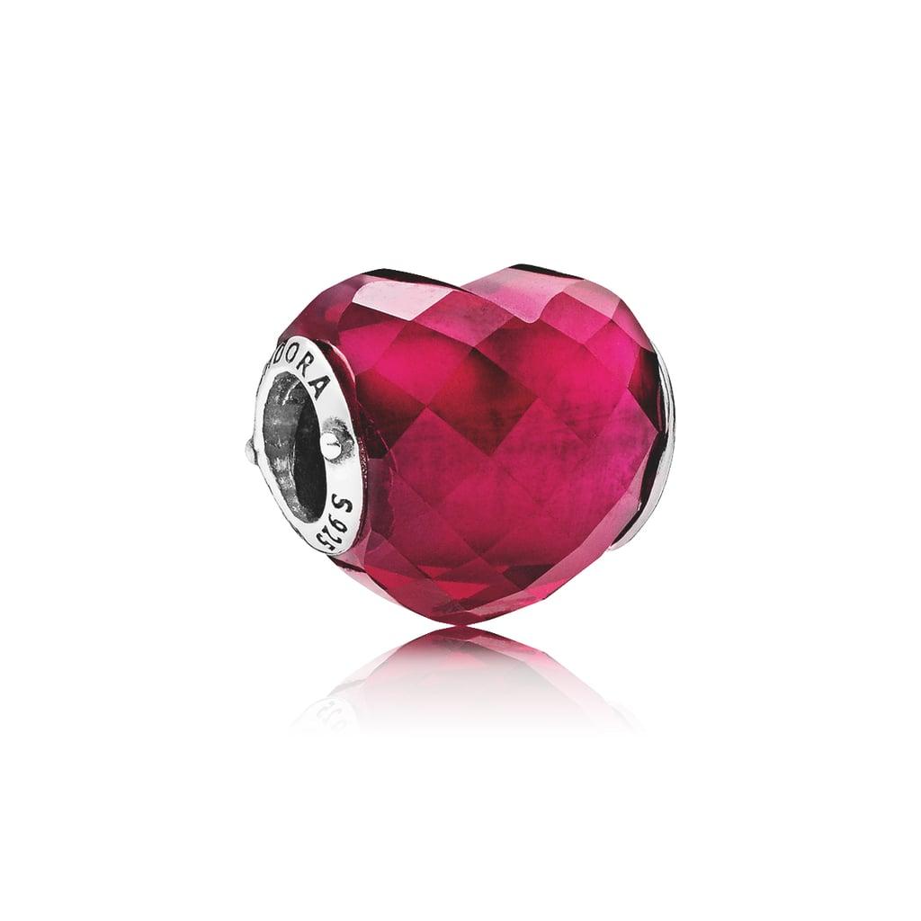 "قلب Shape of Love Charm الفوشي – يمكنكِ شراؤه من علامة ""باندورا"" (بسعر 375 درهماً إماراتيّاً)"