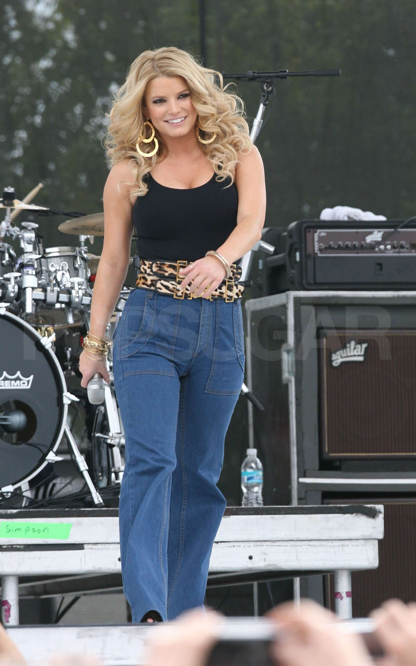 West End Auto >> Jessica Simpson Hikes Up Her Jeans and Sings For Chili ...