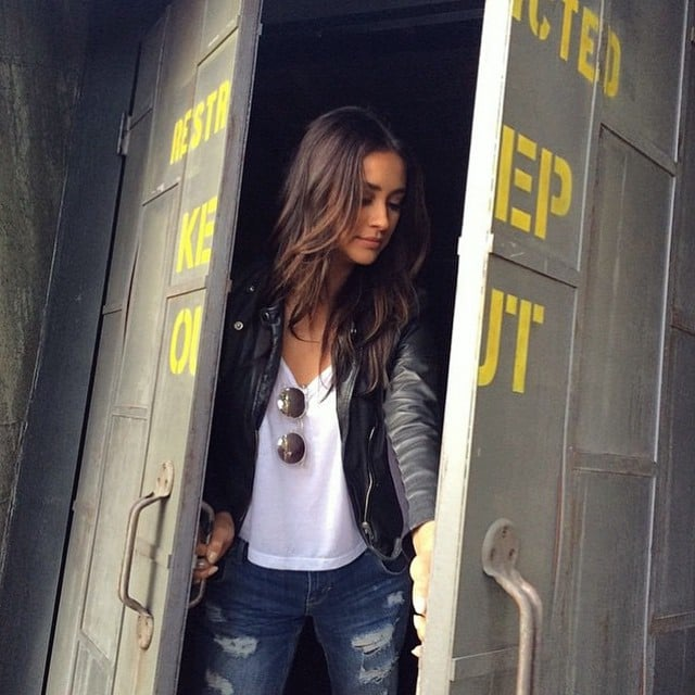 Peek-a-boo! She amped up jeans and a t-shirt with an edgy leather jacket.