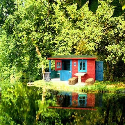 Summer Style: A Lake Getaway in Surprising Colors