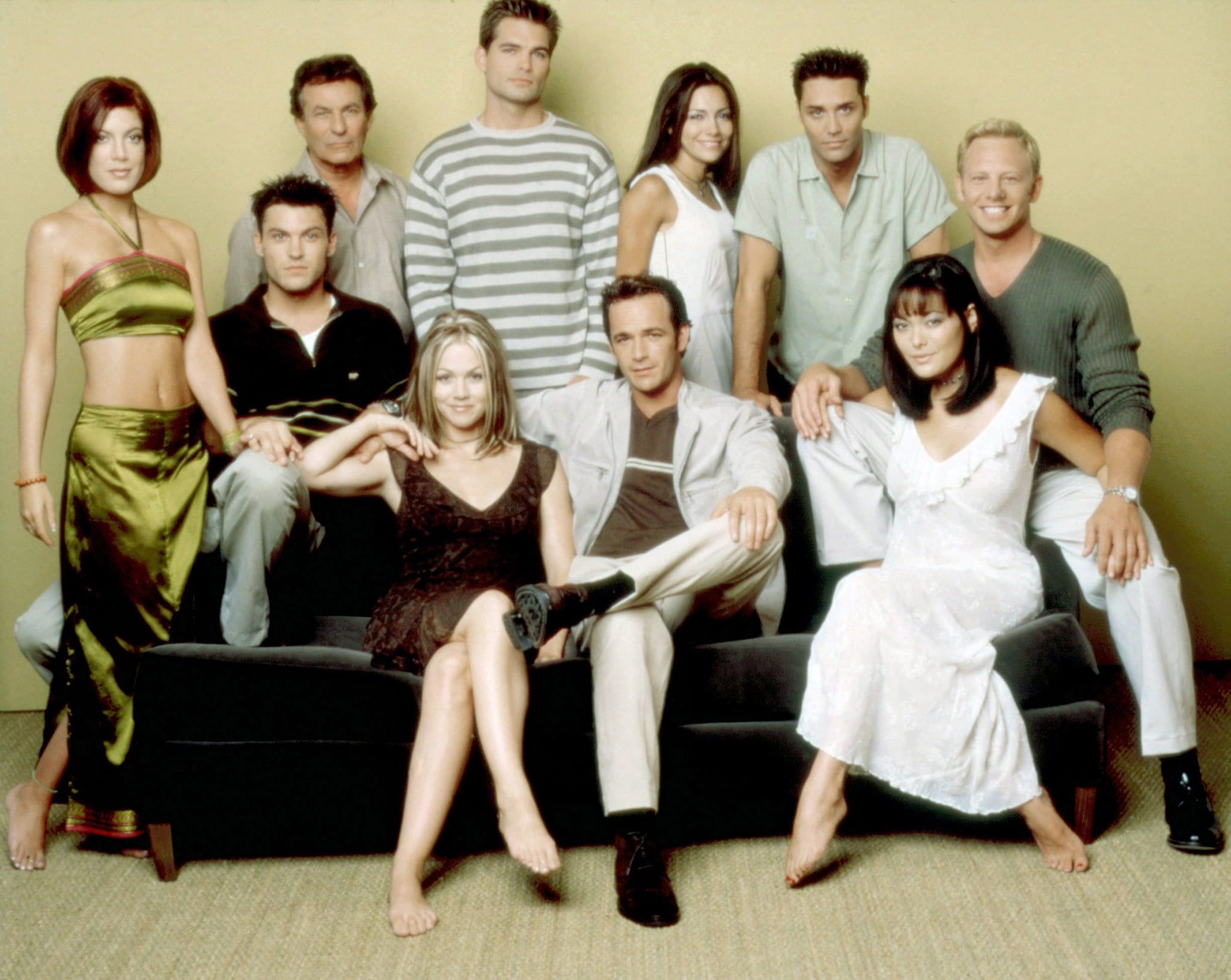 BEVERLY HILLS 90210, (standing, from left): Tori Spelling, Joe E. Tata, Daniel Cosgrove, Vanessa Marcil, Vincent Young, (sitting): Brian Austin Green, Jennie Garth, Luke Perry, Lindsay Price, (1999), 1990-2000. photo: George Lange /  Aaron Spelling Prod. / Courtesy: Everett Collectiona