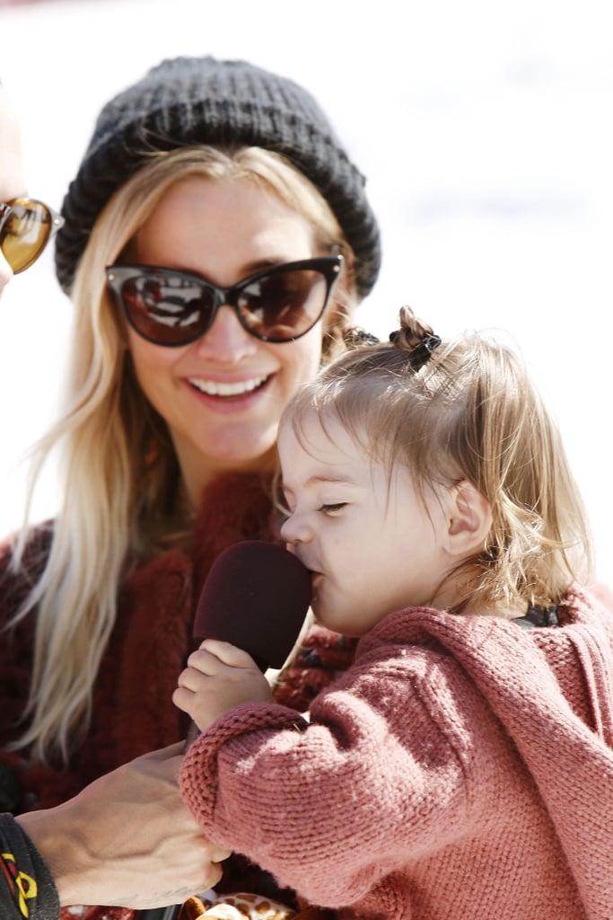 آشلي سيمبسون مع عائلتها في حدث التزلج الخيري لمنظمة أوبيريشن