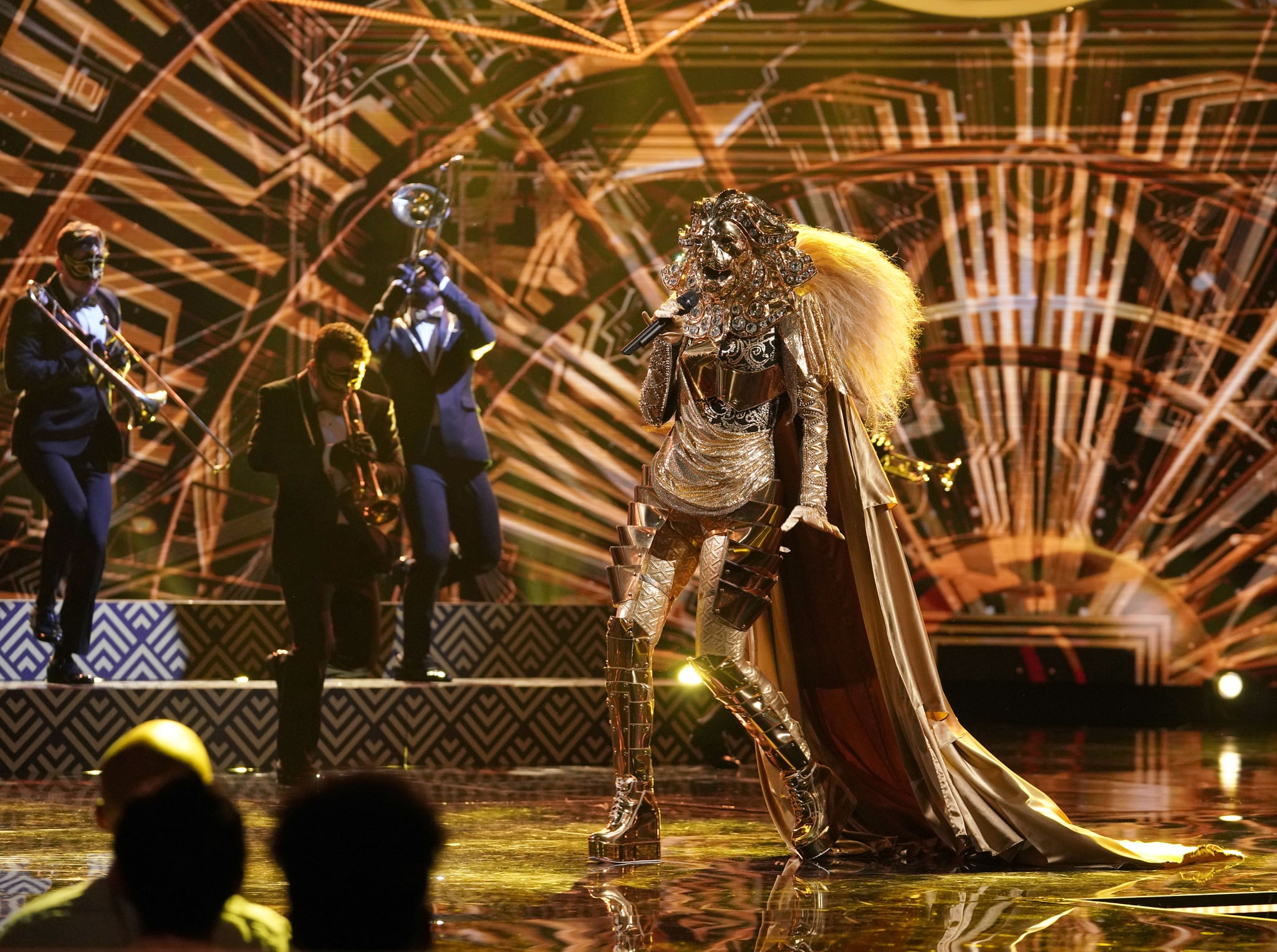 THE MASKED SINGER, Lion, 'Mask On Face Off', (Season 1, ep. 101, aired Jan. 2, 2019). photo: Michael Becker / Fox / Courtesy: Everett Collection